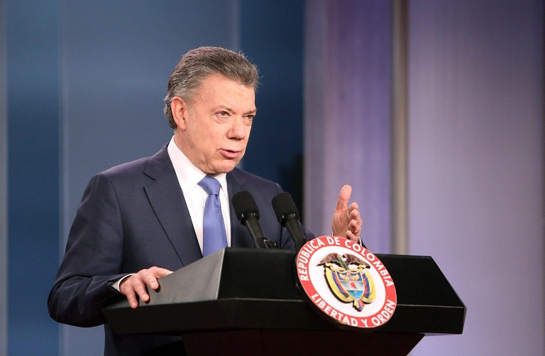 epa05572095 Colombian President Juan Manuel Santos speaks to journalists after a meeting with Colombian former President Alvaro Uribe, at the Narino Palace, in Bogota, Colombia, 05 October 2016. Santos made a call to all the political forces to join in a national unity to reach a peace agreement with the FARC guerrilla.  EPA/Mauricio Duenas Castaneda