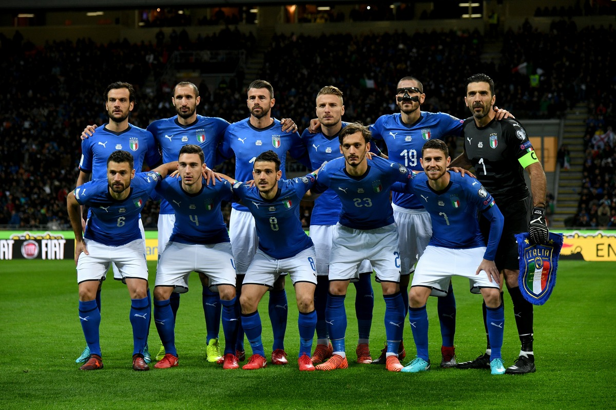 MILAN, ITALY - NOVEMBER 13:   Players of Italy line up prior to the FIFA 2018 World Cup Qualifier Play-Off: Second Leg between Italy and Sweden at San Siro Stadium on November 13, 2017 in Milan, Sweden. (Photo by Claudio Villa/Getty Images)